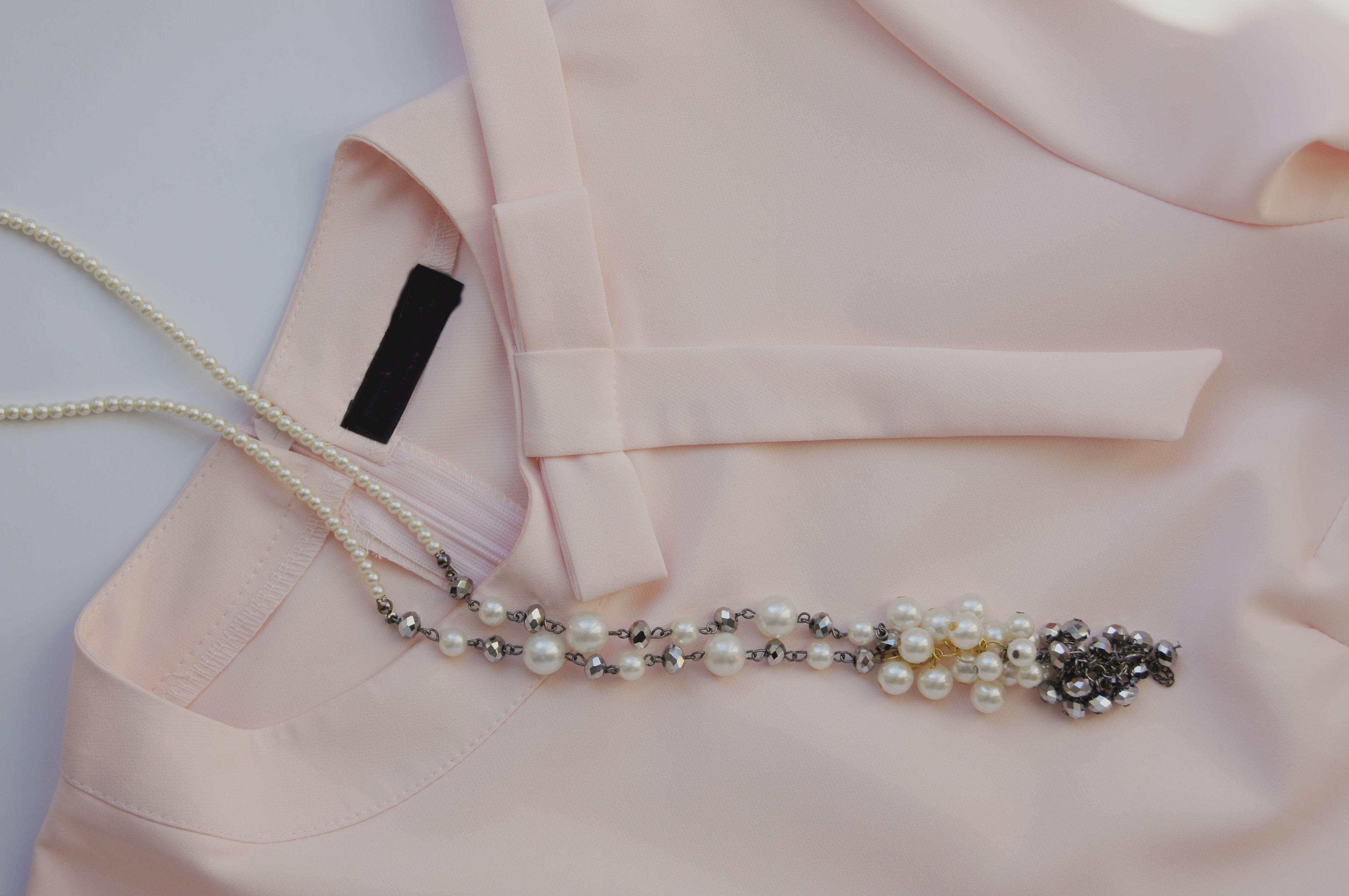 bluzka i biżuteria